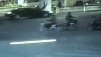 【拍客】行人瞬间被轿车撞飞二连翻