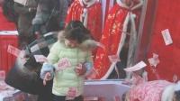杭州景区给游客派发年终奖百万大钞满天飞