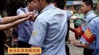 【拍客】深圳小贩持锤抗法 敲晕执法队员