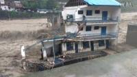 [拍客]四川洪灾冲垮房屋瞬间 1人被冲走