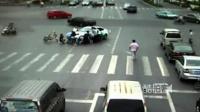 [拍客]男子被压车下 十几位路人抬车救人