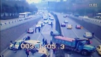 正大光明高清视频: 监控实拍:高速大货车失控连撞6车 !