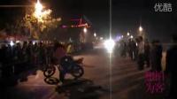 【拍客】小伙秀摩托车技群众夹道围观高潮现场