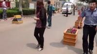 【手机拍客】临沂女版药家鑫二次行凶阻拦救护