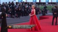 威尼斯电影节闭幕红毯 评委伊丽莎白·班克斯低胸红裙美艳 150913