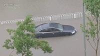 【拍客】北京暴雨 石景山道路积水淹至车顶