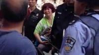 [拍客]六旬老人街头撞猴子讹警察引市民公愤