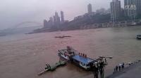 [拍客]7月1日上午重庆朝天门码头一趸船翻覆,至少10多分钟无船救援。