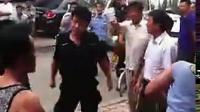 [拍客]辽宁东港惊现城管打骑板车的老大爷!群众看不下去一起群殴城管