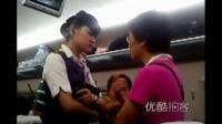 [拍客]高铁(G19)故障斜坡停车两小时,乘客情绪激动,列车长哭泣回应