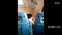 【拍客】最牛情侣在公交车上激情热吻 旁若无人