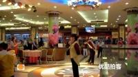 [拍客]实拍餐厅服务生踩轮滑跳芭蕾