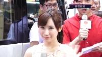 日本女演员闹市脱衣 低胸背心现身诱惑粉丝 160527