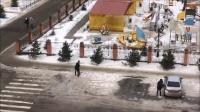 俄罗斯吹起冬季罕见狂风 连行人都被吹走 161127