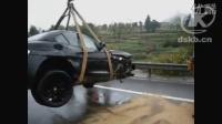 【拍客】宝马Z4在高速路上撞报废了