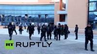 墨西哥: 愤怒教师点燃市政厅,抗议警方