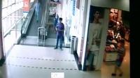 【拍客】上海一超市手推车冲下自动扶梯撞死女顾客