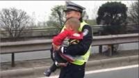 小男孩目睹全家遇车祸暖心交警抱起安慰