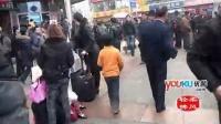 [拍客]宝贝回家 成都火车北站女童跪地乞讨 发现被拍摄迅速钻进人群逃离!