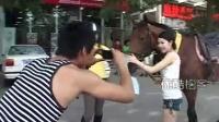 【拍客】北京市民早高峰骑马上班,被交警拦下