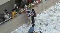 [拍客]传承五中扔书传统 捡书的娃子们