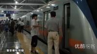 【拍客】北京突降暴雨地铁停运,地铁逆行