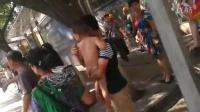 [拍客]成都九里堤南路段警察与一男子血拼