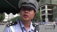 """【拍客】成都抱婴街头执勤 """"奶爸交警""""火了 网友赞其专业!"""