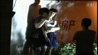 【拍客】疯狂歹徒闹市区持刀劫持女人质  警方智擒歹徒救人质