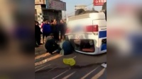 """女司机路口不让行 救护车被撞""""底朝天"""""""