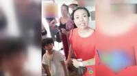 八卦:制片人给甜馨一万元的红包 贾乃亮百般拒绝李小璐在旁保持微笑