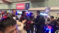 现场:迈克尔杰克逊家族成员布兰登•霍华德现身北京  数百粉丝接机险瘫痪