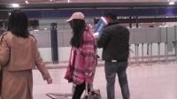 现场:杨幂现身机场全程不露脸 站着都能睡着助理成人肉垫