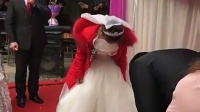 这新娘要把人在场的人笑死啊! 司仪都懵逼了