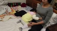 萌宝宝着急想喝奶, 被妈妈逗得嚎啕大哭!
