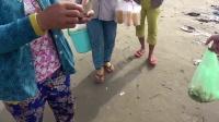 中国小伙在越南的海边买海鲜, 结果却被大批的村妇围了起来!