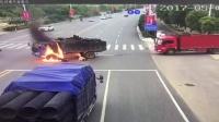 摩托车撞爆大货车