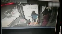 公交上小偷专注偷手机 司机一巴掌把他打懵