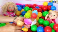学习颜色与婴儿娃娃玩彩色球