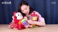 """《小伶玩具》""""妈妈牌""""鲜榨蓝莓汁献给客人香肠猴"""