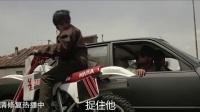 成龙上演《飞鹰计划》被众人围堵 摩托车漂移很炫酷