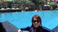 《小伶玩具》大美女夏天去游泳, 竟然没想到待在水里好凉爽