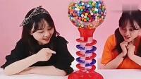 小伶玩具: 突然出现了俩个小伶抢着吃泡泡糖, 吓了大家一跳