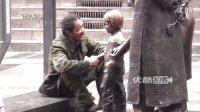 """【拍客】流浪""""三疯""""哥的孤独 街头与雕塑女孩握手倾诉!!!"""
