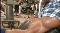肌肉男户外展示