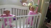搞笑儿童!双胞胎宝宝真的是心灵相通的