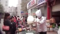 """【拍客】成都街头路遇""""甩饼哥"""" 甩出空中飞饼!"""