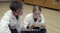 """澳洲正妹头疼数学课 """"翻译""""小哥频抢戏"""