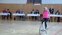 肤白貌美萝莉玩自行车 宅男默献膝盖