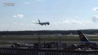 一架波音777在机场降落后...
